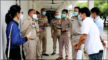 ?? Photo: PR Phuket ?? Phuket Governor Narong Woonciew (2nd from left) at the inspection of the 'Aunjai Clinic' site in Phuket Town on Monday (Sept 14).