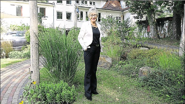 ?? FOTO: OLE ROSENBOHM ?? Ein Lebenswerk: Margrit Haselei vor der Norle-zentrale in Dötlingen