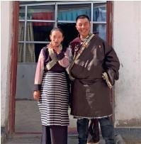 ??  ?? 2016 年,扎西顿珠和妻子搬迁到圆梦新居,不但破解了从事牧业生产家庭劳动力不足的困境,而且老人就医更加方便,孩子们也获得了更优质的教育资源