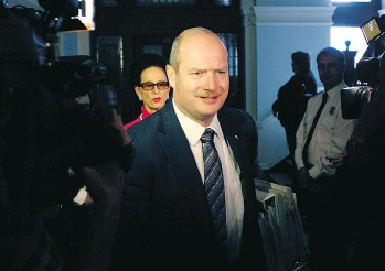 ?? THE CANADIAN PRESS ?? B.C. Finance Minister Mike de Jong said the provincial government will not introduce legislation to ban big money in politics or set limits on donors despite controversy over Liberal fundraisers.