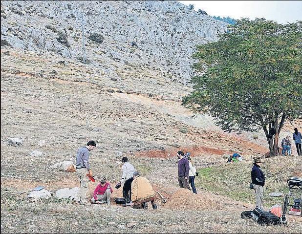 ??  ?? Alfacar, 2013. Labores de preparación del terreno en el entorno del Peñón del Colorado, donde se pensó que pudo ser fusilado Lorca