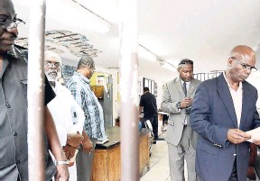 ?? FILE ?? Cus­tos of Kingston Stead­man Fuller (right) lead­ing a tour of the lock-up at the Kingston Cen­tral Po­lice Sta­tion.