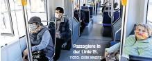 ?? FOTO: DIRK KNOFE ?? Passagiere in der Linie 15.
