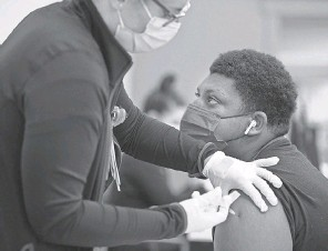 ?? PAT MCDONOGH/ USA TODAY NETWORK ?? Santana Hickman, 15, receives a COVID- 19 vaccine in May at a clinic in Louisville, Ky.