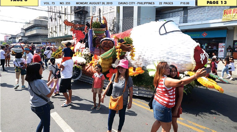 ??  ?? SPECTATORS take selfies with the passing floral plane, a participant in the Big Category of the Pamulak sa Kadayawan 2019, along Bonifacio Street on Saturday. BING GONZALES