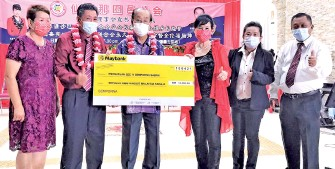 ??  ?? Chong (second left) receiving a RM10,000 donation from Susan (third right) on behalf of the Semporna Sze Yi Association while Yee (third left) and others look on.