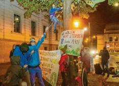 ?? Foto: Stefan Puchner ?? Aktivisten des Klimacamps besetzen am Samstagabend in der Fuggerstraße einen Baum.