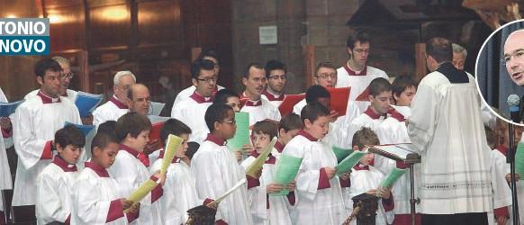 ??  ?? Nella cattedrale Il coro del Duomo di Milano in una foto di repertorio. Nel tondo: monsignor Massimo Palombella, il nuovo direttore