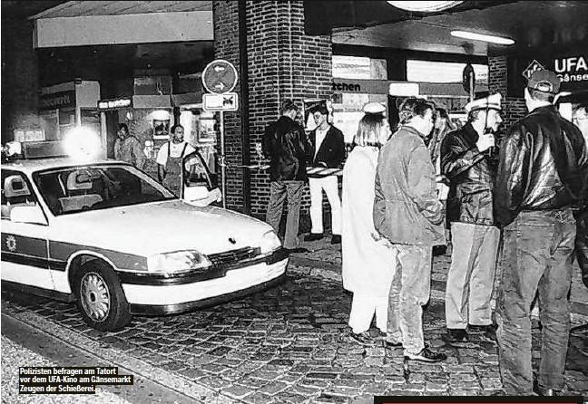 ??  ?? Polizisten befragen am Tatort vor dem UFA-Kino am Gänsemarkt Zeugen der Schießerei.