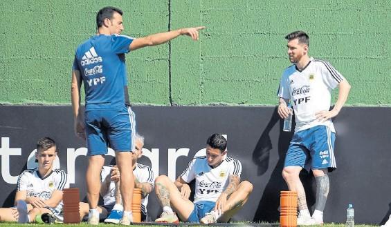 ?? JUANO TESONE ?? Hacia allá vamos. Scaloni, Messi y el resto de la Selección argentina ahora no saben cuándo enfrentarán a Uruguay y Brasil.