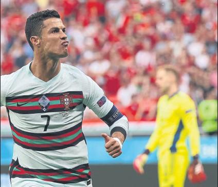 ?? FOTO: GETTY IMAGES ?? Cristiano Ronaldo celebra su primer gol contra Hungría, el que le permitió batir el récord que compartía con Michel Platini