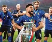 ?? Foto: ČTK ?? Neapolský driblér Zemanovýma rukama prošel i Lorenzo Insigne, který patří mezi hráče Itálie.