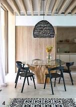 ??  ?? 4. La salle à manger de la villa Can Yucca, avec table Now's Home, chaises Ethnicraft, tapis Mouj Cachemiri Gallery, vase et lampe HK Living. 4