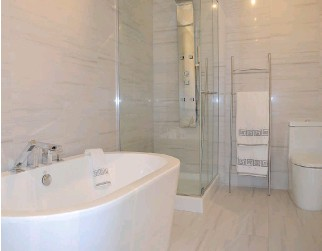 ?? IAN HOWARTH, SPECIAL TO THE MONTREAL GAZETTE ?? Bathroom features include a chic standalone bathtub and a separate two-sided, tempered-glass shower stall with multiple water streams.