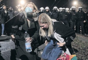 ?? PHOTO: AGENCJA GAZETA VIA REUTERS ?? Taking pains to protest . . . People react to tear gas during a protest in Warsaw against tighter abortion laws.