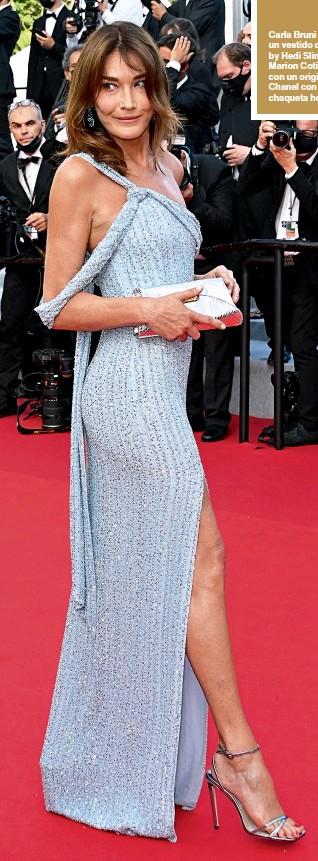 ??  ?? Carla Bruni deslumbró con un vestido celeste de Celine by Hedi Slimane; mientras Marion Cotillard sorprendió con un original outfit de Chanel con ciclistas, una chaqueta holgada y botitas.
