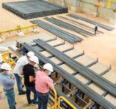?? LAS LOMAS ?? Personal ejecutivo y técnico de Las Lomas inspecciona la planta antes del inicio de operaciones.