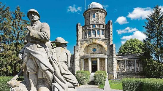 ?? FOTO PROFIMEDIA ?? Masarykova věž samostatnosti, která vyrostla na vrcholu Hořického chlumu, připomíná oběti světových válek a zároveň slouží i jako rozhledna