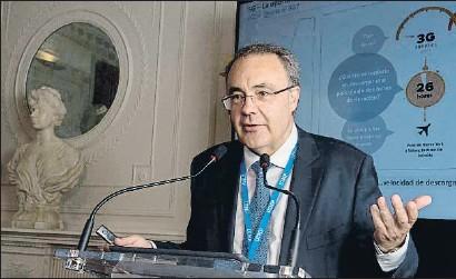 ?? PEDRO PUENTE HOYOS / EFE ?? El presidente de Cellnex, Tobías Martínez, ayer durante la conferencia que dio en Santander