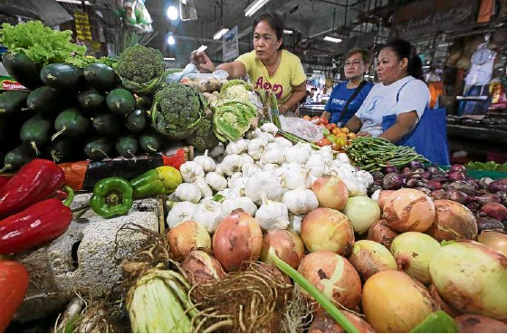 ?? —GRIG C. MONTEGRAND­E ?? PRICE SPIKE With August inflation recorded at 6.4 percent, prices of vegetables and other food items have risen, like these sold at Commonweal­th Market in Quezon City.