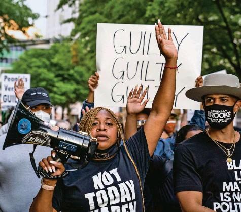 ?? Foto: Megan Varner (AFP) ?? «Schuldig, schuldig, schuldig»: Demonstrantinnen und Demonstranten in Atlanta nach dem Urteil im Floyd-Prozess.