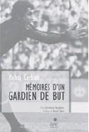 ??  ?? Mehdi Cerbah, l'ancien gardien de but de la JS Kabylie et de l'équipe nationale, une légende du football, signant ses mémoires à la librairie Chikh multi-livres, à Tizi Ouzou