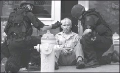 ?? DAVID GONCZOL, THE OTTAWA CITIZEN ?? Warren Snider, owner of Kitchenalia who was taken hostage at his Richmond Road store on Friday afternoon, is treated by paramedics.