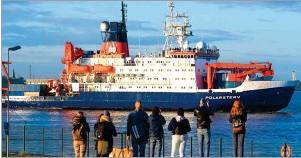 ??  ?? EXPEDICIÓN. El Polarstern, barco en el que permanecieron los expertos y científicos que investigan la desparición del hielo en el Ártico, navegó un total de 3 mil 400 km en zigzag.