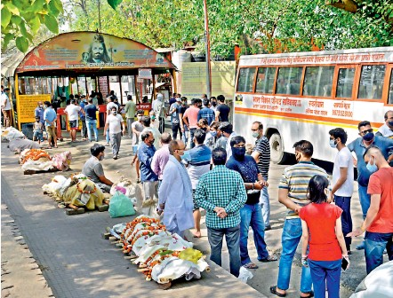 ?? - PTI ?? Bodies lined up for cremation, amid surge in Covid-19 cases across country, at Hindon river crematorium in Ghaziabad on Friday. With increasing number of deaths due to Covid-19, the waiting period at crematoriums has gone up.