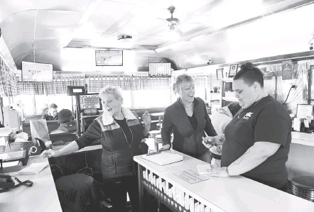 ?? KATHERINE FREY/THE WASHINGTON POST ?? ABOVE: Joy Farmer, left, is the oldest of three generations of her family working at the Tastee Diner in Laurel. Her daughter Melissa McDonald, center, and granddaughter Emily Buckley also work there. LEFT: The diner in August 1981. Its stainless-steel design is one of only a few remaining exteriors made by Comac, a manufacturer in the 1950s known for its diner exterior.