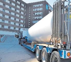 ??  ?? Gigantes. La llegada de los tanques de 20.000 m3 al Hospital Posadas: .