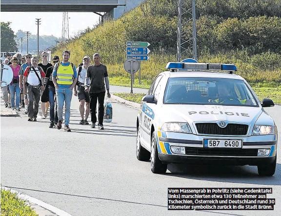 ??  ?? Vom Massengrab in Pohrlitz (siehe Gedenktafel links) marschierten etwa 130 Teilnehmer aus Tschechien, Österreich und Deutschland rund 30 Kilometer symbolisch zurück in die Stadt Brünn.