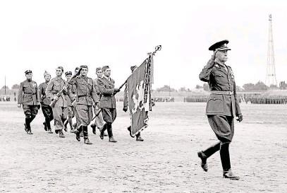 ?? (první zprava) s důstojníky 9. roty 1. střeleckého pluku v zákopech u Zborova. Dole oslavy 30. výročí bitvy v roce 1947 na strahovském stadionu v Praze. FOTO ČTK ?? Podporučík Josef Jiří Švec