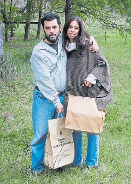 ??  ?? Hermanos. Gonzalo y Agustina llevan las cenizas de sus padres.