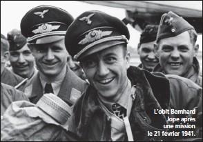 ?? DR/COLL. CHRIS GOSS ?? L'oblt Bernhard Jope après une mission le 21 février 1941.