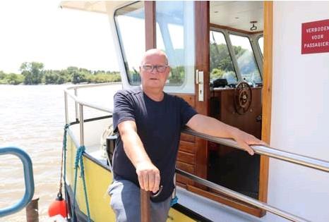 ?? FOTO BFS ?? Veerman Joseph Vanspitael redde de 74-jarige drenkeling van de verdrinkingsdood aan Driegoten in Hamme.