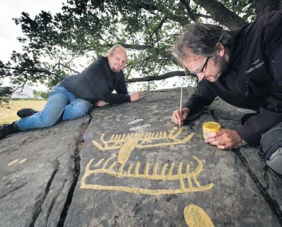 ?? Bild: Lasse Edwartz ?? Andreas Toreld och Tommy Andersson under dokumentationen i Skredsvik 2013.