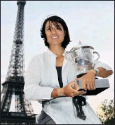 ??  ?? Li Na poses in front of the Eiffel Tower in Paris after her victory over Francesca Schiavone in the final of the French Open on Saturday. PICTURE: REUTERS
