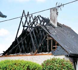 ?? Photo Valentin Lebossé ?? Le corps de la victime a été retrouvé dans la maison en feu, dont la toiture était embrasée. Je n'ai rien remarqué d'anormal à ce moment-là », témoigne une riveraine. Lorsque les secours sont arrivés sur place, vers 0 h 40, la toiture de l'habitation...