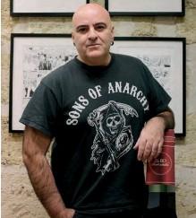 ??  ?? Le scénariste Corbeyran chez lui, aux portes du Médoc, avec sa bouteille géante et des murs recouvertsde planches.