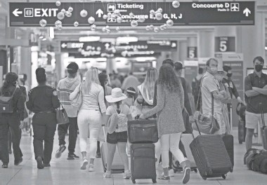 ?? DAVID SANTIAGO/AP ?? More than 3 million moved through U.S. airport security over the weekend, and the crowds of passengers are expected to grow. Sunday is likely to be the busiest day of the holiday period.