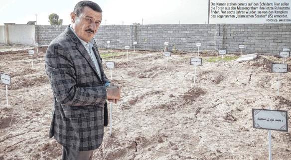 """?? FOTOS (3): JAN JESSEN ?? Die Namen stehen bereits auf den Schildern: Hier sollen die Toten aus den Massengräbern ihre letzte Ruhestätte finden. Vor sechs Jahren wurden sie von den Kämpfern des sogenannten """"Islamischen Staates""""(IS) ermordet."""