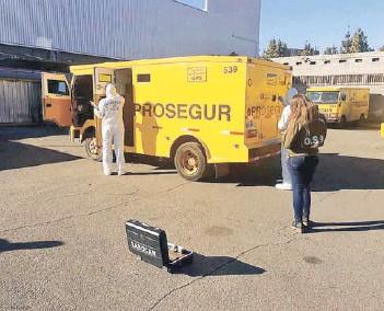 ?? FOTO: CARABINEROS ?? ►► Personal de Labocar y OS-9 realizaron pericias al camión de valores.