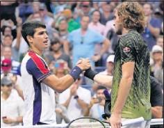 ??  ?? Alcaraz saluda a Tsitsipas tras ganarle el viernes en el US Open.