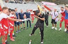 ?? Foto: Andreas Blatter ?? Thuns Trainer Gian-Luca Privitelli erhält eine Dusche.