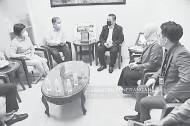 ??  ?? BINCANG: Tiong (dua kiri) berbincang dengan Peter (tengah) dalam sesi kunjungan hormat ke Asia Times.