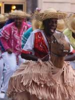 ??  ?? Desfile de la serpiente, Festival del Caribe.