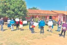 ??  ?? Padres de familia de la escuela San Marcos de Villarrica se manifestaron ayer para exigir kits de alimentos.