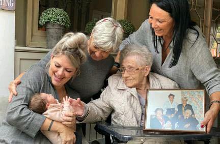 ?? FOTO RR ?? Vijfgeslacht Léo, Hanne, Betty, Julienne en Heidi. Op de schoot van betovergrootmoeder Julienne de foto van het eerste vijfgeslacht in de familie.