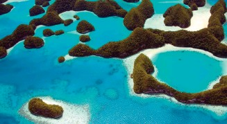??  ?? The tiny Pacific island nation has created a marine sanctuary containing 1,300 fish species and 700 types of coral.